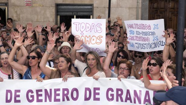 Un grupo de personas se manifiestan en favor de la causa de Juana Rivas
