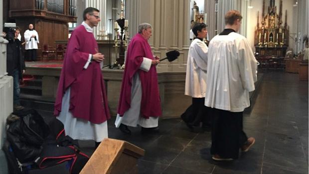 El párroco Jan van Noorwegen usa agua bendita en la Iglesia donde tuvieron lugar las escenas