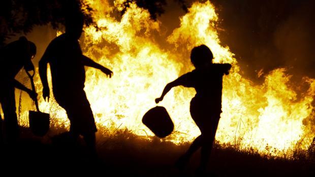 Los vecinos de Ortiga, Macao, intentan controlar el fuego
