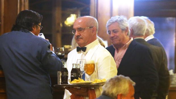 Un camarero en un restaurante de La Coruña
