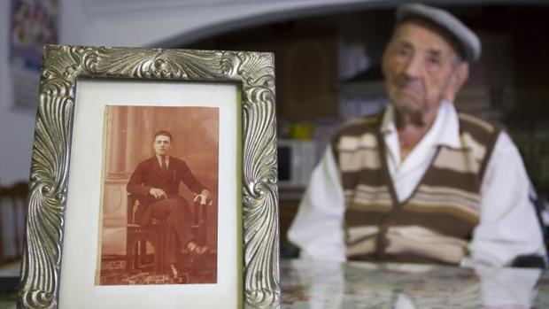 El extremeño Francisco Núñez Olivera junto a un retrato de joven