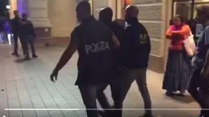 Detienen al cuatro sospechoso de la brutal violación en grupo a una turista polaca en una playa de Italia