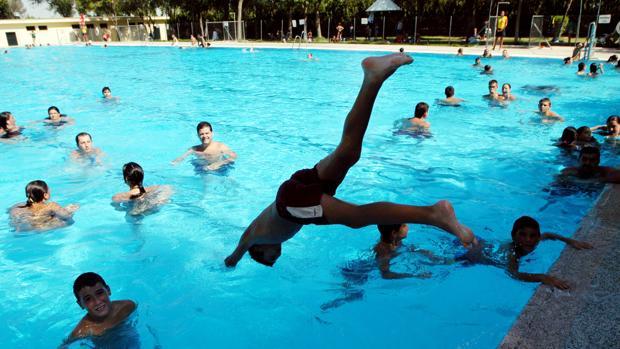 Un grupo de niños se divierte en una piscina
