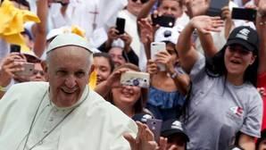 El Papa a su llegada al aeropuerto de Medellín, donde presidió una multitudinaria misa