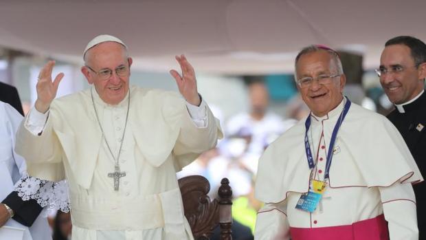 El Papa Francisco junto al arzobispo de Cartagena, Jorge Enrique Jimenez