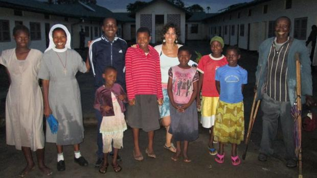 La fisioterapeuta, en el centro, en una imagen tomada durante el desarrollo de un proyecto en Tanzania