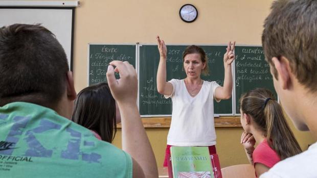 Un profesor imparte clases