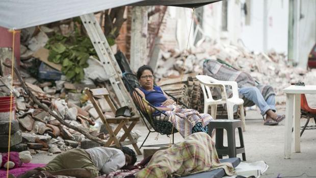 Residentes del municipio de Juchitán duermen a las afueras de sus casas destruidas por el terremoto que afectó a México