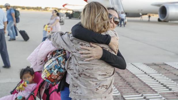 """Españoles afectados por el huracán """"Irma"""" a su llegada hoy a la base aérea de Torrejón de Ardoz, en Madrid, en un avión fletado por el Ministerio de Exteriores"""