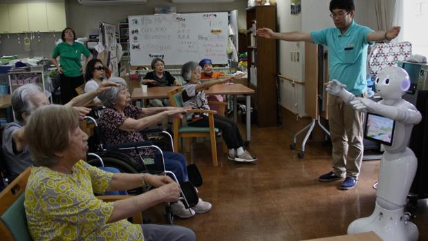 Japón confía en la última generación de robots para cuidar a los ancianos
