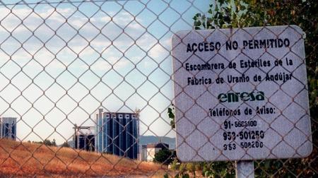 Visita lateral del cementario de residuos de la antigua fábrica de uranio de Andújar, un perímetro debidamente vallado y señalizado, como atestigua el Consejo de Seguridad Nuclear