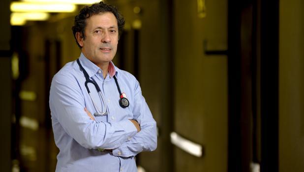 Luis Paz Ares, jefe del servicio de Oncología del Hospital 12 de Octubre, posa para ABC en uno de los pasillos del centro