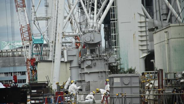Operarios trabajando en el desmantelamiento de la central nuclear