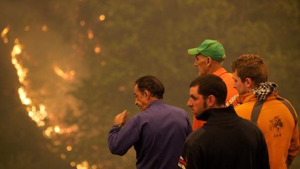 Varios vecinos observan el fuego en Os Ancares (Lugo)