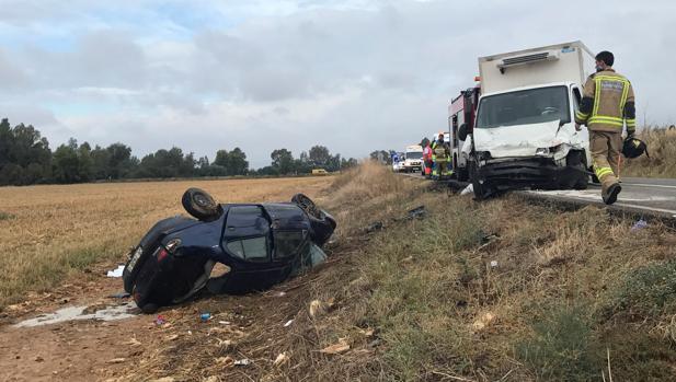 Tres personas, entre ellas un niño de dos años de edad, han fallecido este martes por la mañana en un accidente de tráfico ocurrido en la carretera EX-209, a su paso por el término pedáneo de Novelda del Guadiana (Badajoz). Las otras dos personas fallecidas son la madre del pequeño, de 23 años, y su suegro, de 53, de origen rumano