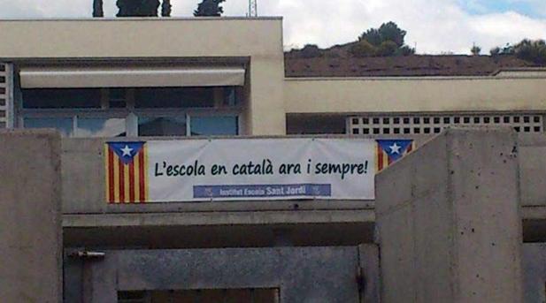 Las fachadas de varias escuelas públicas exhibieron banderas independentistas, como el Instituto Sant Jordi de Navàs (en Barcelona)