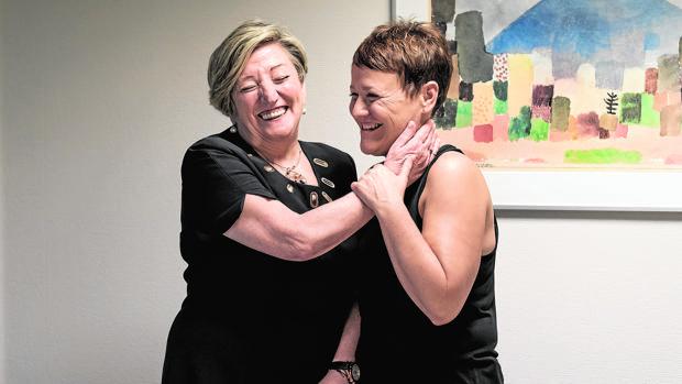 La oncóloga Ana Lluch bromea con Maribel, una de sus pacientes