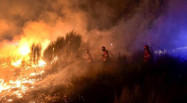 Bomberos tratando de apagar el fuego en la región de Viseu (Portugal)