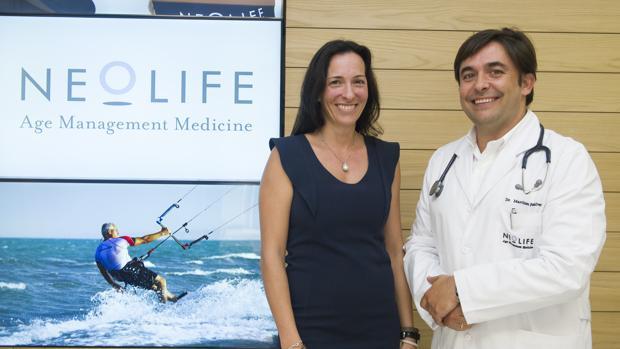 El doctor Francisco Peñalver, junto a Esther Anzola, propietaria de Neolife