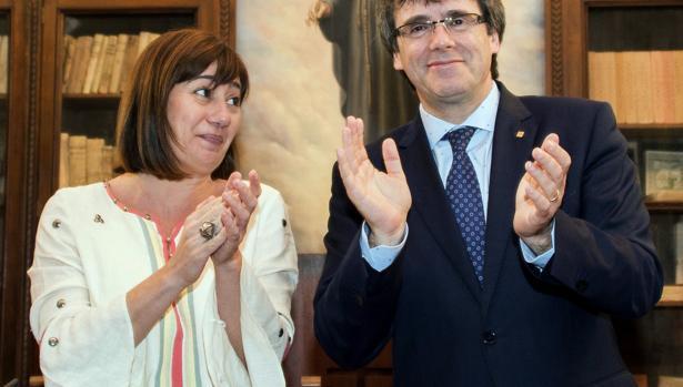 20/05/2016.-El presidente de la Generalitat de Catalunya, Carles Puigdemont, y su homóloga de Baleares, Francina Armengol, firmaron un convenio «para promover la lengua y la cultura común», señalaron entonces