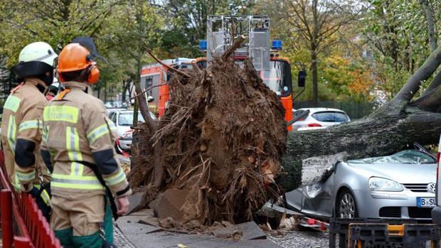 Los bomberos revisan los daños provocados por el paso de la tormenta «Hewart» al noreste de Alemania