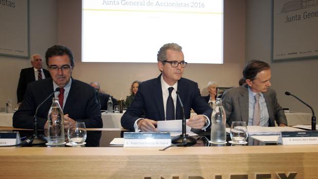 Antonio Abril, a la derecha, junto al presidente de Inditex, Pablo Isla