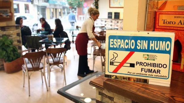 La ley antitabaco que entró en vigor en 2011 prohibió fumar en lugares públicos cerrados