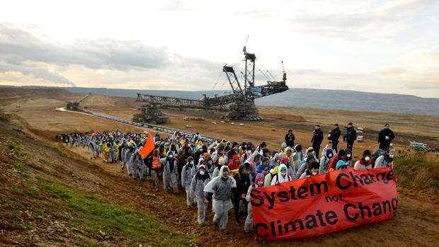 Miles de activistas marcharon hasta la explotación minera a cielo abierto de Hambach (Alemania)