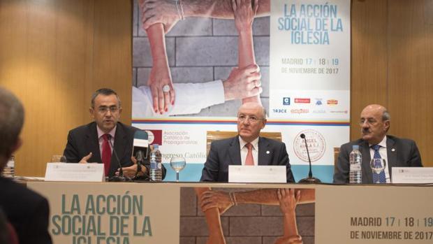 Fernando Giménez Barriocanal (izqda.), Carlos Romero y Rafael Ortega durante la presentación del Congreso Católicos y Vida Pública