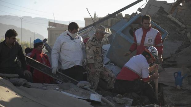 Un grupo de rescate busca a los supervivientes entre los escombros en la localidad de Sarpol-e-Zahab, zona cero del seísmo