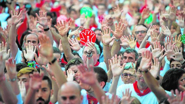 Manos levantadas contra las agresiones sexistas en Pamplona