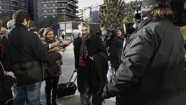 Agustín Martínez, abogado de tres de los jóvenes acusados de supuestamente haber violado grupalmente de una joven de 18 años en los Sanfermines del 2016, accede al Tribunal Superior de Justicia de Navarra, ayer al juicio