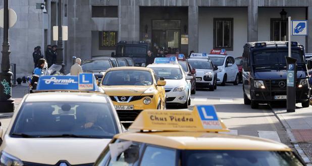 La Unión de Empresarios de Autoescuelas de Asturias (UEAS) convocó una marcha de coches por las calles de Oviedo en protesta por las consecuencias de la huelga de examinadores de Tráfico