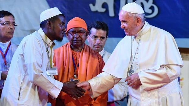 El Papa Francisco estrecha la mano a un refugiado rohingya durante una reunión ecuménica e interreligiosa por la paz con en el jardín del Arzobispado en Dacca