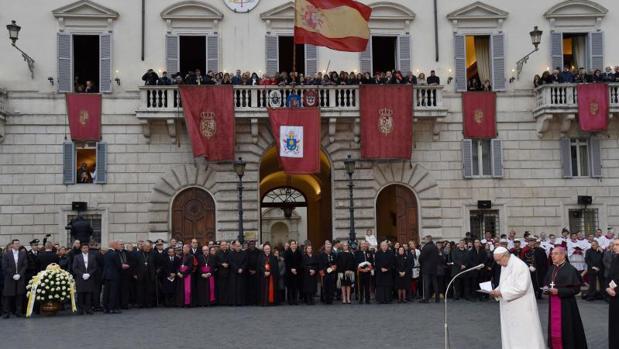 El Papa lee su mensaje durante la ofrenda de flores a la Virgen de la Inmaculada en la plaza de España en Roma