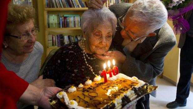 Fotografía de archivo fechada el 02/11/2011 de Ana Vela Rubio (c) el día que celebró su 110 cumpleaños