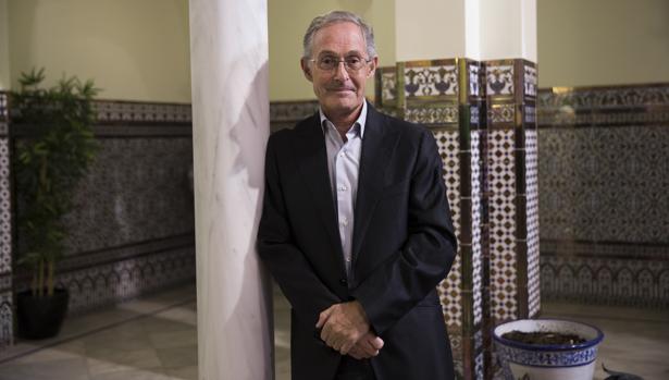 Ángel Carracedo posa en el patio andaluz del periódico ABC