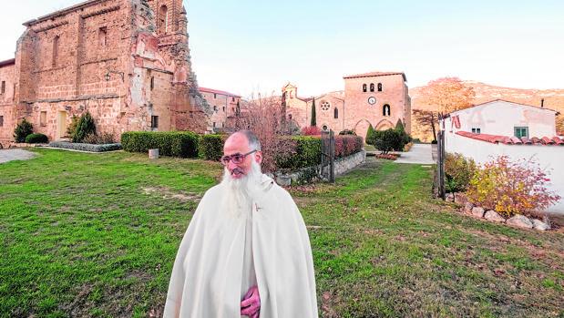 Once frailes eremitas residen en el Monasterio del Yermo en Herrera