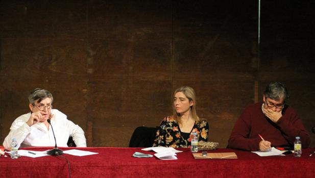 Carlos Fernández Liria, a la izquierda, junto con la profesora Martínez Arranz y Juan Manuel de Prada (a la derecha)