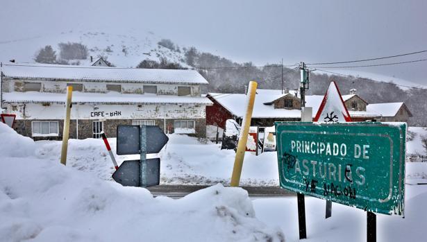 Un paraje nevado en la localidad asturiana de Tarna, en una jornada marcada por el temporal de nieve y frío que afecta a numerosas provincias españolas