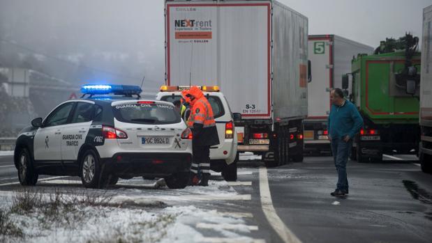 La autovía de las Rías Baixas, la A-52 en la provincia de Orense, entre La Mezquita y La Gudiña, cerrada el pasado día 9 por las nevadas para vehículos pesados, camiones y autobuses. Era necesario el resto de cadenas para el resto de vehículos