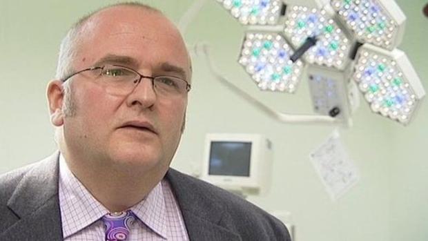 El cirujano Simon Bramhall