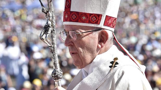 El Papa se ha colocado motivos mapuches en sus ropajes como prueba de reconciliación, reconocimiento y solidaridad con el pueblo indígena de Chile