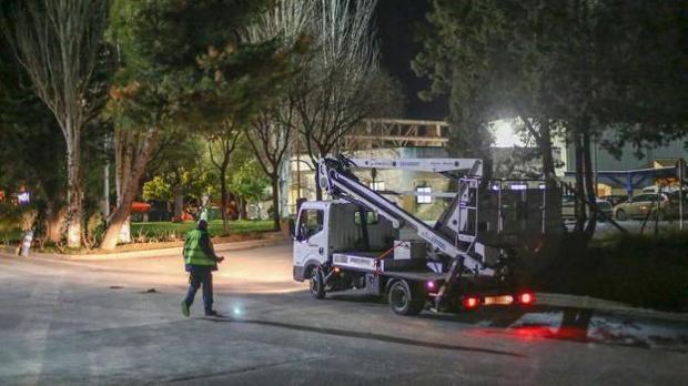 Un camión se decide a entrar anoche en la planta de residuos urbanos de Alhendín donde apareció el bebé