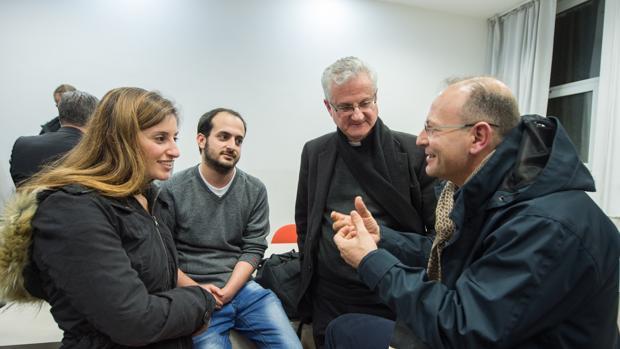 Monseñor Joan Enric Vives (centro) junto a un grupo de jóvenes en la Universidad