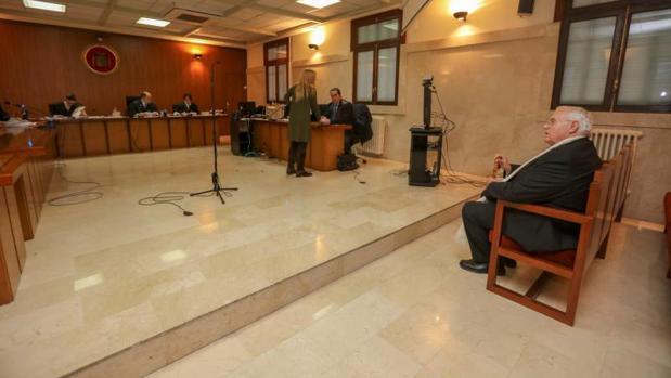 El expárroco de Selva, acusado de presuntos abusos sexuales a una niña de 12 años, durante el juicio celebrado en la Audiencia de Palma
