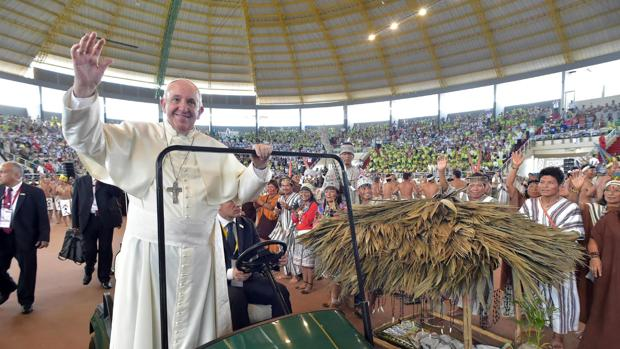 El papa Francisco (i), a su llegada a una reunión con representantes de los indígenas en el Coliseo de Madre de Dios, en Puerto Maldonado (Perú)
