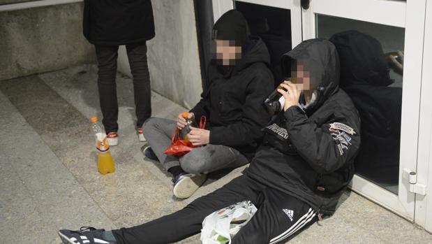 Varios menores beben alcohol en los alrededores de Azca, en Madrid
