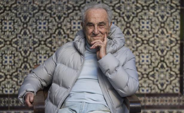 José María Carrascal posa en el patio andaluz de ABC
