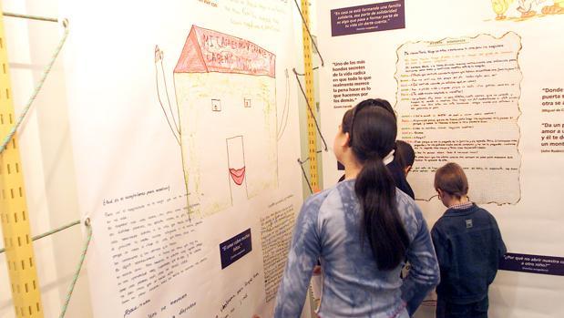 Una exposición itinerante muestra trabajos de jóvenes que viven en acogimiento familiar y muestran su experiencia